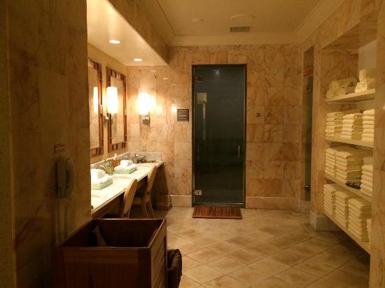 The Spa at Four Seasons Resort Maui: Women's locker room/sauna