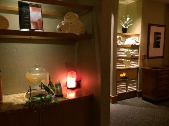 The Spa at Four Seasons Resort Maui: Women's locker room