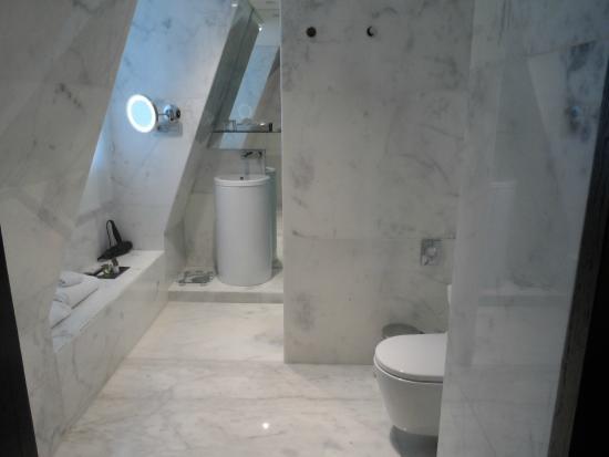 Hotel Santa Justa: il bagno tutto in marmo