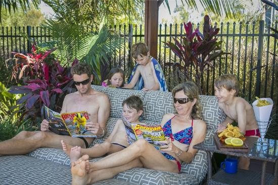 Gold Coast Holiday Park & Motel : Poolside Cabanas