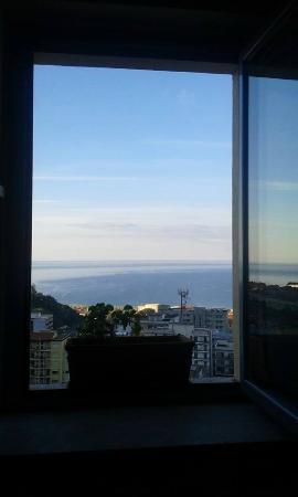 Bed & Breakfast Adriana: Mansarda: letto vista mare!