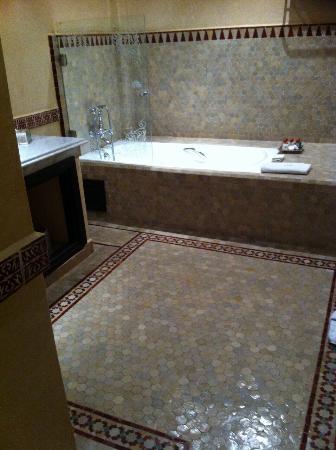 Al Fassia Aguedal: Salle de bain suite