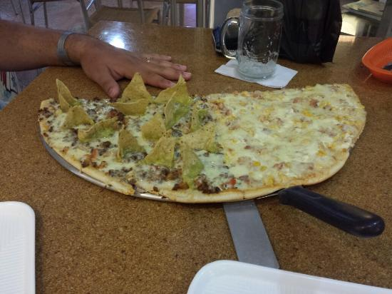 Don Anibal Restaurante Col-Mex: Pizza de 8 pedaços (1/2) metade carbonada, metade mexicana! Deliciosa!