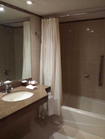 Los Tallanes Hotel & Suites: Banheiro espaçoso, com varal e banheira.
