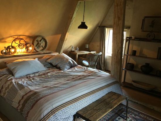 Hotel de Suhard : Chambre avec superbe vue sur le jardin et le village .