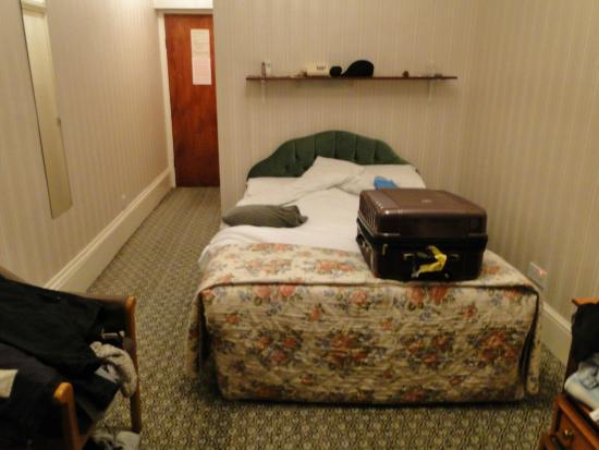 The Columbia: tudo velho, cama pequena, sem criado mudo