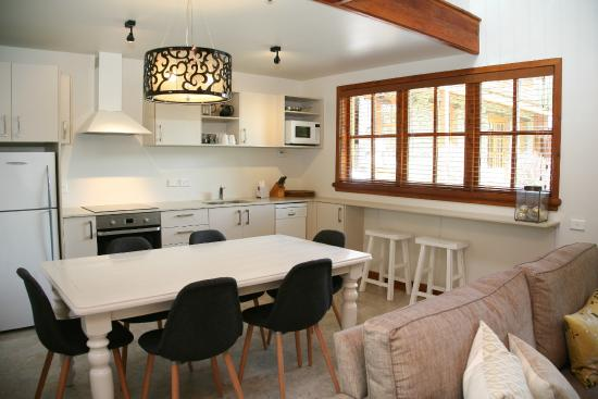 Wanaka Homestead Lodge and Cottages: Lismore Cottage - Dining and Kitchen