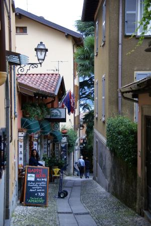 Residence il Borgo: Looking down the lane to the apartment on the left.
