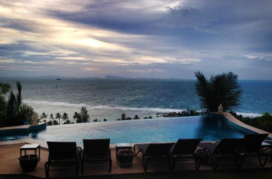 Sunset Hill Resort : Stunning views from the infinity pool