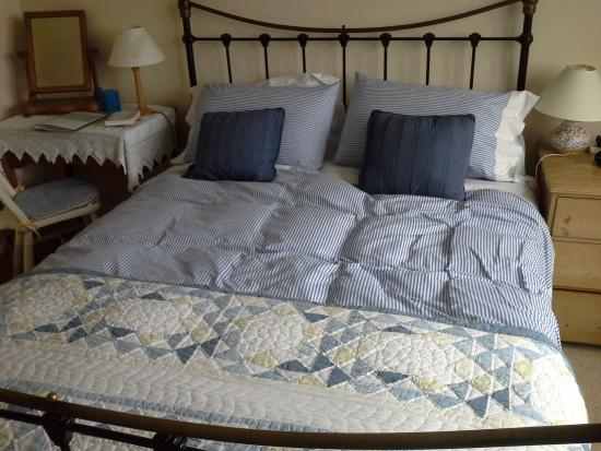 St Johns House B&B: our wonderful bed