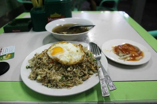 Sabai Phyu Guest House: Nearby restaurant