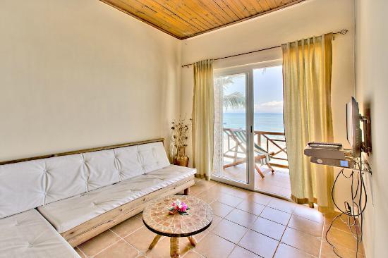 Hôtel-Résidence Au Sable Blanc : un coin salon avec vue sur mer dans un appartement à l'étage