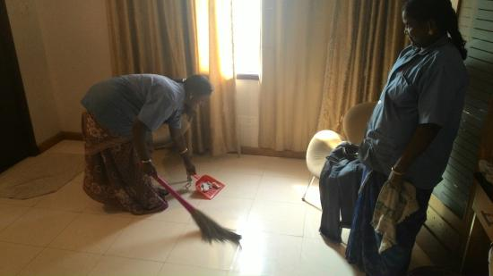 Sona's Inn Chennai: Housekeeping staff cleaning the ash tray debris