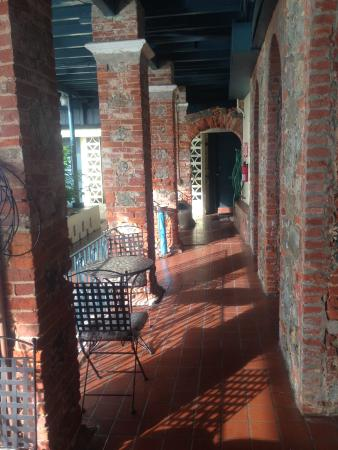 Miller Manor Guest House: beautiful old brink and rock areas