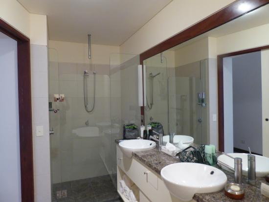Beach Suites: 2nd bathroom