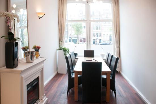 Chariot Amsterdam - canal apartment: dining table
