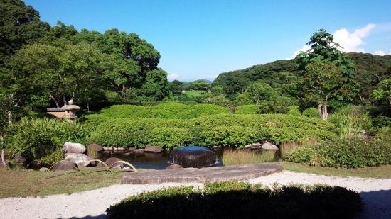 Nagoya Castle Ruins : 名護屋城横の茶苑「海月」お庭がとっても美しく素敵な処です。 またこちらから見える名護屋城もよかったです。 のんびりゆったり幸せを感じますよ! お友達のお箏の発表会で知りました。 入場券で抹茶、