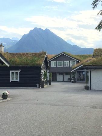 Sagafjord Hotel : Hotellet, midt mellom fjellene