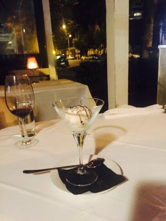 Jervois Steak House: Perfect simple ending - scoop of vanilla with light chocolate sauce