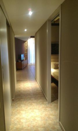 Deco - Born Apartments: Длинный коридор с гостиной в конце