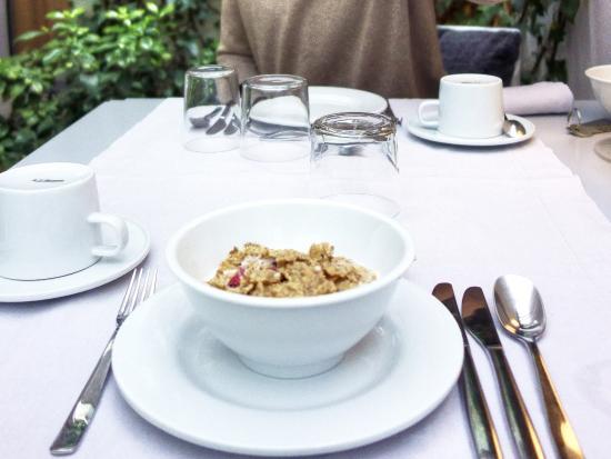 THE 4ROOMS : Magnífico desayuno en el jardín, cubierto.