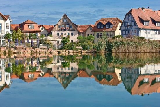 Seehotel Niedernberg - Das Dorf am See: Außenansicht