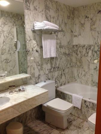 Hotel Catalonia Castellnou: Banheiro