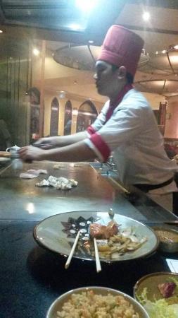 Benihana Restaurant: Chef in action!!