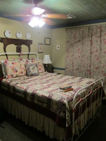 Cajun Country Cottages Bed and Breakfast : Our bedroom