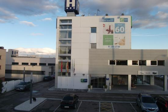 Holiday Inn Express Alcobendas: Vista da passarela em frente ao hotel Holiday Inn Alcobendas.