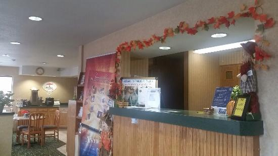 Super 8 Hotel Zanesville: Front desk fall decorations