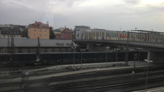 Star Inn Hotel Regensburg : vista de um apartamento voltado para o lado da estação de trem