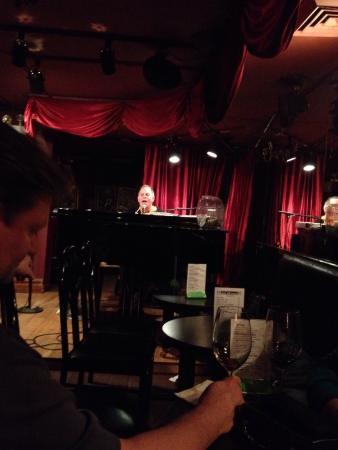 Don't Tell Mama: Juste un petit rêve accomplie grâce à ce petit piano bar de quartier. Le must vous écrivez sur u