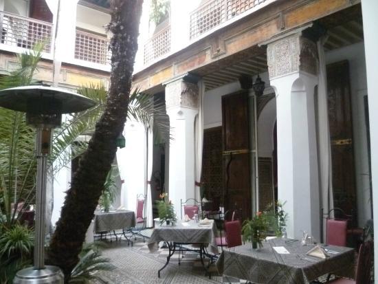 Riad Armelle : la cour intérieure salle à manger