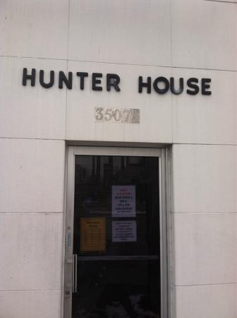 Hunter House Hamburgers: Entrance