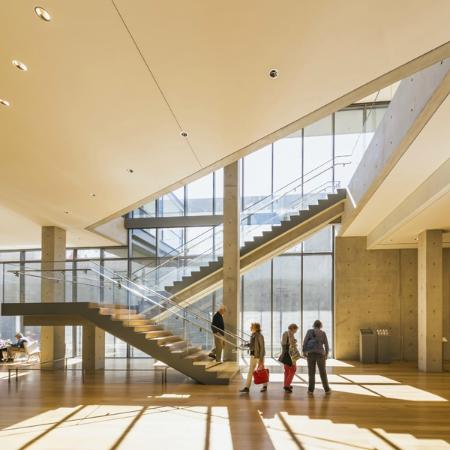 Williamstown, Массачусетс: The newly opened Clark Center is filled with light.