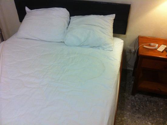 Hotel Delfin: Lenzuola con macchie indefinite