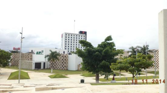 Holiday Inn Merida: El hotel visto desde la explanada del Museo del Mundo Maya