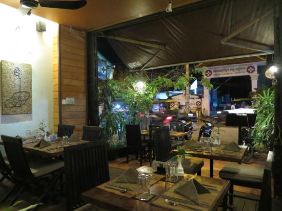 Old House Restaurant: view from restaurant - right across from Siem Reap provincial hospital