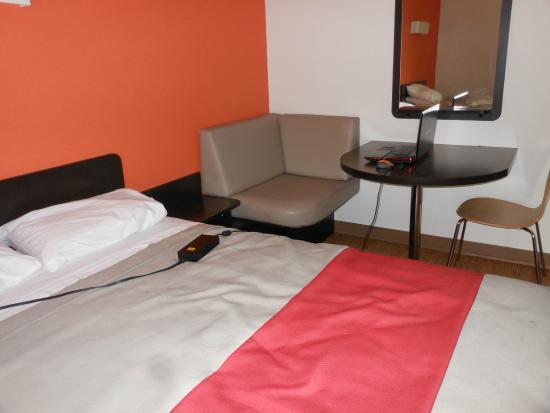 Motel 6 Merced: Room plug 4