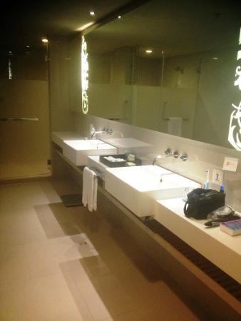 Four Points By Sheraton Bangkok, Sukhumvit 15: Bathroom