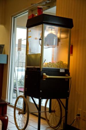 Baymont Inn & Suites Mattoon: Fresh hot popcorn available in the evenings!