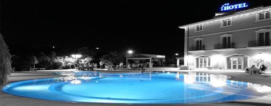 Hotel Villa Michelangelo: Piscina in notturno