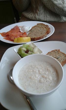 Kingfisher Townhouse : #colazione #salmoneaffumicato #uovoincamicia #panedellacasa #porridge #frutta