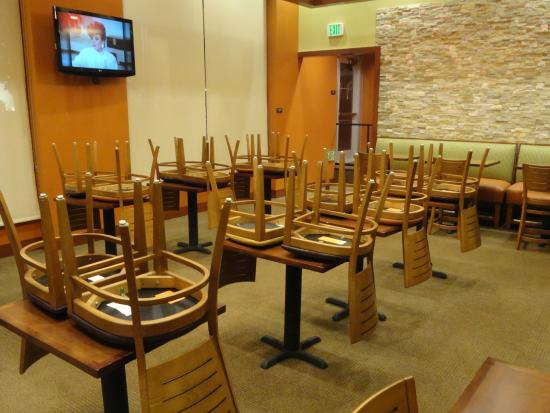 Hyatt Place Riverside Downtown: Dining area after hours