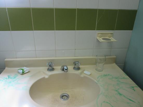 Buderim Motor Inn: Cracked tiles and basin bowl with dirt filled age cracks
