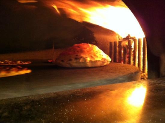 MANGIAFUOCO: Vulcano, in cottura dentro il forno a legna