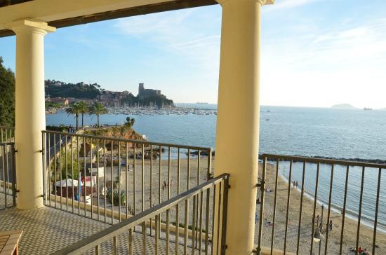 Hotel Venere Azzurra: View over beach to castle