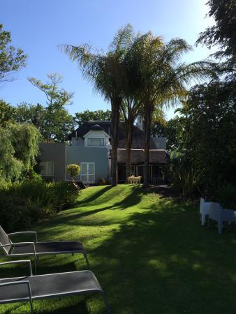 Ballinderry, The Robertson Guest House: Guesthouse und Garten