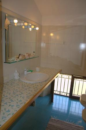 B&B Bellavista: Shower is to the right and there is a bidet as well as a loo